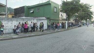 Candidatos formam fila por vagas de emprego em Santos - Candidatos chegaram de madrugada na porta do Sindquim. Empresa dispõe de 48 vagas e realiza processo seletivo.