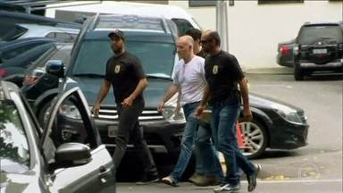 MPF pede pena de mais de 40 anos para Eike e Cabral - Foram dois pagamentos de propina feitos pelo empresário Eike Batista ao governador Sérgio Cabral. Um deles foi o pagamento de 16,5 milhões de dólares em 2011. A outra propina envolve o escritório de advocacia da mulher de Cabral, que recebeu R$ 1 mi