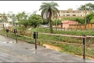Risco de desabamento interdita avenida em Montes Claros - Passarela teve estrutura comprometida com as chuvas e foi interditada.