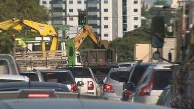 Obra em avenida de Ribeirão Preto deixa o trânsito congestionado - Motoristas tiveram que ter paciência para cruzar a cidade de carro ou moto durante esta sexta-feira.
