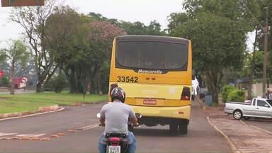 Assaltantes rendem passageiros e motorista de ônibus metropolitano - Eles abordaram o veículo atrás de mercadorias do Paraguai, como não encontraram levaram os pertences dos passageiros.
