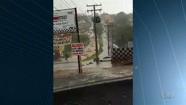 Chuva forte causa alagamento de escola em Aparecida de Goiânia - Temporal também deixou ruas alagadas na cidade.