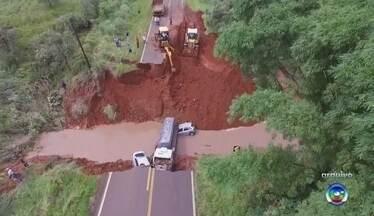 Prefeitura de Borá abre caminho provisório entre cidades separadas por cratera - A prefeitura de Borá (SP) está abrindo um caminho provisório para encurtar o trajeto até Paraguaçu Paulista (SP) para 1,5 quilômetro depois que uma cratera se abriu na vicinal Vereador José Berto, que dá acesso à rodovia Prefeito José Bassil Dower (SP-421), por conta da chuva. Dois carros e um caminhão caíram no buraco. Na época, um jovem de 25 anos morreu no acidente.