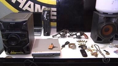 Quatro pessoas são detidas suspeitas de assaltar uma casa em Lagoa Santa - Entre elas, está um adolescente de 15 anos.