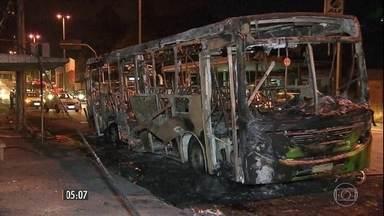Bandidos voltam a atacar ônibus que circulam em MG - A polícia agora faz a escolta dos ônibus para tentar impedir a ação dos criminosos na região metropolitana de Belo Horizonte.