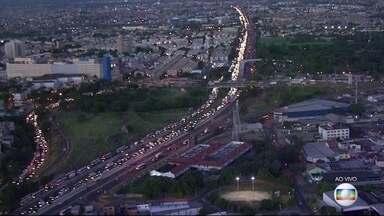 Caminhões parados na Avenida Brasil prejudicam trânsito na rodovia Washington Luís - As duas carretas estão paradas na pista lateral de descida da Avenida Brasil e provocam grande congestionamento na Washington Luís.