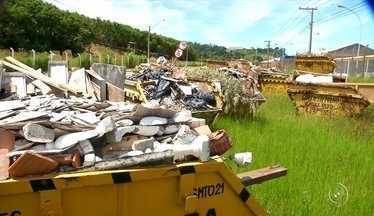 Dezenas de caçambas são 'abandonadas' em rua de Jundiaí - A empresa responsável pela triagem de todo o entulho produzido na cidade de Jundiaí (SP) se negou a receber as caçambas dos motoristas. O motivo é o atraso do repasse da prefeitura.