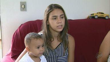 Falta de vaga em creche impede adolescente de terminar os estudos em Franca, SP - Jovem não tem com quem deixar o filho.