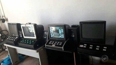 Policiais encontram depósito com máquinas caça-níquel em Jaú - Os policiais da Delegacia de Investigações Criminais encontram na terça-feira (14) um depósito com máquinas caça-níquel, no Bairro Bela Vista, em Jaú (SP).