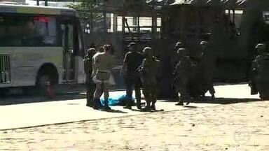 Suspeito de assalto é morto por fuzileiros navais, na Avenida Brasil - Testemunhas contaram que ele roubou uma moto. Ministério da Defesa informou que os militares atiraram porque o homem estava armado. Reforço na segurança fica até o dia 22 de fevereiro.