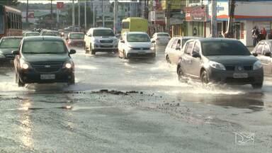Vazamentos de água potável são identificados em três avenidas em São Luís - A Caema começou a fazer o conserto, mas os problemas ainda não estão completamente resolvidos.