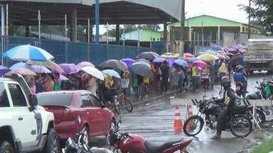 Moradores de Manacapuru fazem fila para conseguir emprego, no AM - 400 vagas são oferecidas no município.
