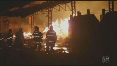 Cerâmica pega fogo durante a madrugada de sexta (17) em Capivari - O fogo começou por volta da meia-noite em uma cerâmica na zona rural da cidade. As chamas só foram controladas após três horas de trabalho dos bombeiros.