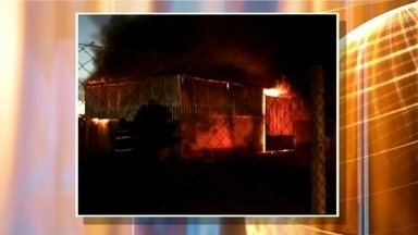 Incêndio destrói cooperativa de mel em Sorocaba - Um incêndio atingiu uma cooperativa de mel de Sorocaba (SP) na noite desta quinta-feira (16).