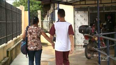 Pais de alunos com deficiência reclamam de falta de transporte adequado em São Luís - O problema é antigo e tem atrapalhado a frequência dos alunos na Escola Estadual Helena Antipoff, na capital.