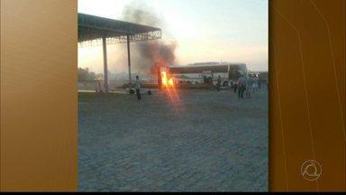 Ônibus com estudantes pega fogo no caminho entre Guarabira e João Pessoa - Caso foi registrado quando veículo passava pela BR-230, próximo a Cruz do Espírito Santo.