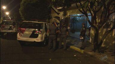 Família é assaltada e mantida refém dentro de casa em Ribeirão Preto, SP - Ladrões que invadiram imóvel foram presos e levados ao CDP.