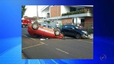 Carro fica com as rodas para cima após acidente em Votuporanga - Uma motorista de 41 anos perdeu o controle da direção e bateu em outros dois carros em um acidente na manhã desta sexta-feira (17), no centro de Votuporanga (SP). O carro da mulher chegou a ficar com as rodas para cima.