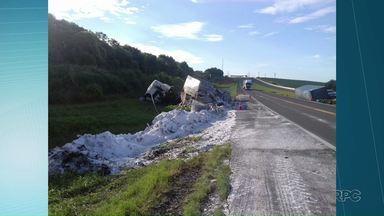 Caminhoneiros morrem em acidente de trânsito na região de Tibagi - Acidente envolveu três caminhões e uma van na BR-376.