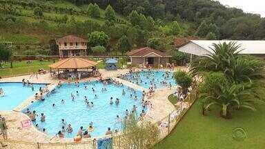 #PartiuRS: parque aquático de Três Arroios oferece águas termais e contato com a natureza - Visitantes podem se hospedar em cabanas.