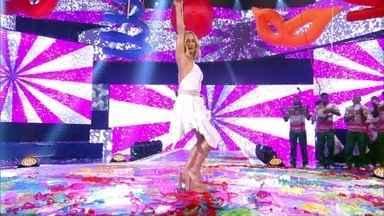 Claudia Leitte samba no palco do Caldeirão - Luciano Huck chama a estrela à mesa de jurados