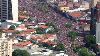 Multidão lota o Largo da Batata para curtir o Carnaval de rua - Em Pinheiros, um mar de gente invadiu o Largo da Batata para comemorar o carnaval com blocos de rua. Mas a festa causou problemas no trânsito.