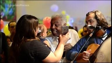 Gilberto Gil canta no aniversário de um ano da bisneta - Confira o vídeo da música que Gil compôs especialmente para a bisneta Sol de Maria