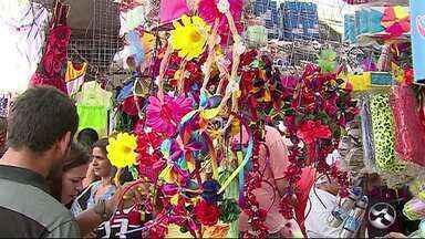 Itens de carnaval são procurados na Feira da Sulanca - Chuvas ainda chegaram a causar transtornos no Parque 18 de Maio.