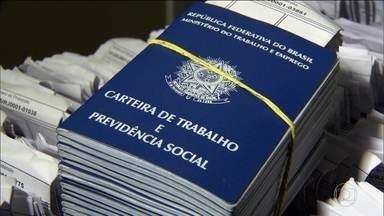 IBGE mostra números dramáticos do mercado de trabalho em 2016 - No fim de 2016, mais de 24 milhões de brasileiros estavam desempregados ou trabalhavam menos horas do que gostariam.
