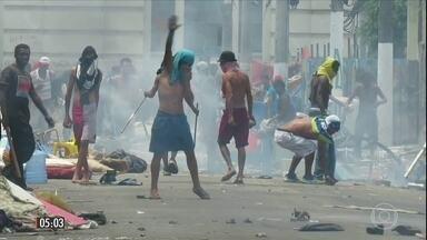 Polícia Militar entra em confronto com dependentes químicos em SP - Os usuários de droga atiraram paus, pedras e fizeram barricadas durante a ação da PM na Cracolândia. Os policiais revidaram com bombas de gás e usaram balas de borracha.
