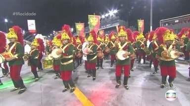 Ritmistas da Mocidade Alegre chegam vestidos de São Jorge - Os 240 ritmistas da bateria Ritmo Puro, como é conhecida a bateria da Mocidade Alegre, vêm fantasiados de São Jorge.