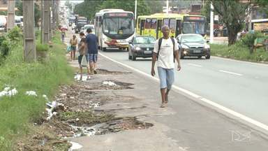Pedestres reclamam de falta de espaço para transitar em avenida em São Luís - Muitos pedestres utilizam o acostamento porque não existem calçadas para a circulação na Avenida dos Portugueses.