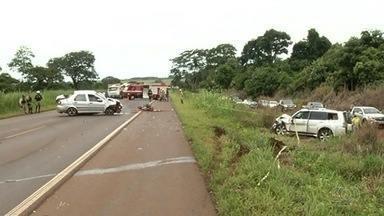 Várias acidentes são registrados nas rodovias durante o carnaval em Goiás - Em um dos casos, uma VW Parati, uma carreta e um Chevrolet Ônix se envolveram em um acidente na BR-050. A batida deixou sete pessoas feridas.
