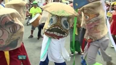 Caiporas fazem sucesso no carnaval de Pesqueira, no Agreste - Quarta de Cinzas na cidade ainda tem bacalhau e blocos.