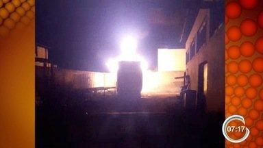 Ônibus pega fogo dentro de serralheria no Jardim Morumbi - Bombeiros levaram uma hora para conter as chamas
