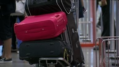 Empresas aéreas já vão poder cobrar para transportar bagagem este mês - A partir do dia 14 de março, as empresas aéreas já podem cobrar pelas malas despachadas. Agora, o que todo mundo quer saber é se os preços das passagens vão baixar para quem viaja só com bagagem de mão.