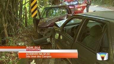 Sete pessoas fiacaram feridas em um acidente na SP-50 - Motorista perdeu o controle do carro e bateu de frente em veículo