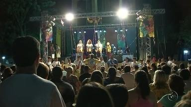 Araçatuba realiza última noite de Carnaval na praça da cidade - A última noite de carnaval em Araçatuba (SP) foi nesta terça-feira (28), na praça. Muita gente se divertiu ao som das tradicionais marchinhas e muito samba.