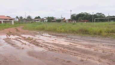 Obra parada preocupa moradores em Cacoal - Local está abandonado com o mato alto e muita lama.