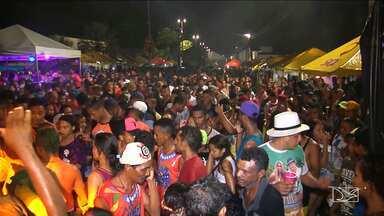 Foliões se despedem de carnaval em Caxias - Os foliões se despediram do carnaval ocupando ruas e avenidas em meio a muita chuva e axé.