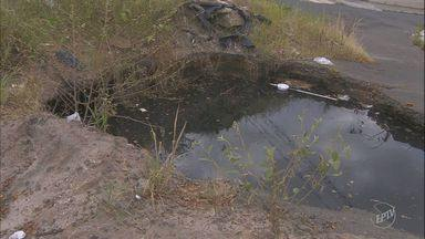 Cratera aumenta e preocupa moradores do Jardim Aerocontinental, em Campinas - De acordo com moradores, o buraco é um problema para a região há anos.