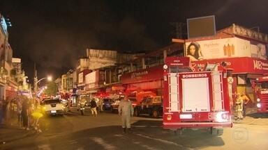 Um incêndio destruiu uma loja em Madureira, hoje de madrugada - O fogo começou no fim da noite. Os bombeiros foram chamados e interdiratam a estrada do Portela. Ninguém ficou ferido, ainda não se sabe as causas do incêndio.