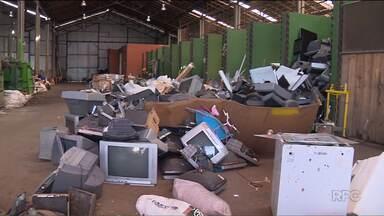 Cerca de uma tonelada de lixo é retirada do Rio Passaúna - A limpeza foi feita pela prefeitura da Araucária.