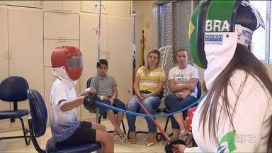 Amanda Simeão divide rotina de treinos com aulas de esgrima para crianças internadas - A atleta olímpica usa o esporte para mudar a rotina pesada que os pequenos pacientes encaram no hospital.