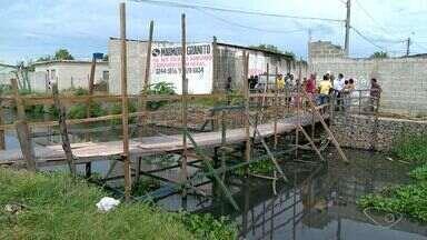 Moradores do bairro São Conrado reclamam de pinguela - O único caminho para entrar ou sair de uma parte do bairro e chegar na rodovia do sol, é uma pinguela de madeira.