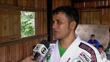 Judoca cego ensina o esporte para crianças ribeirinhas no interior do Pará - Na comunidade de Acará (a 160km de Belém), Mequias Nascimento dá aula numa palafita, após buscar alunos de barco, com ajuda da esposa.