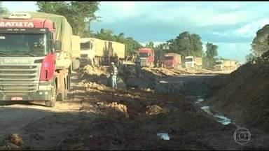 Polícia Rodoviária Federal volta a interromper trecho da BR-163, no PA - Choveu novamente na região e os atoleiros impedem que os caminhoneiros sigam viagem.