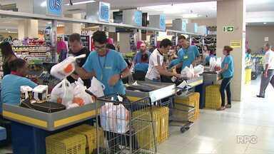 Supermercados têm horário ampliado para atrair consumidores - A flexibilização do horário está sendo implantada aos poucos, ela foi realizada após uma alteração na convenção coletiva dos empregados.
