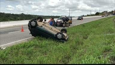 JPB2JP: Carro capota na BR 230 em Santa Rita - O motorista foi hospitalizado.