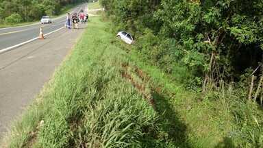 Jovem de 20 anos morre em acidente na BR-373 em Prudentópolis - De acordo com a PRF o carro do rapaz saiu da pista e bateu em uma árvore